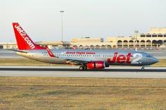 Luqa Malta 2 Juni, 2015: Jet2 737 landa landningsbana 13 Royaltyfria Bilder