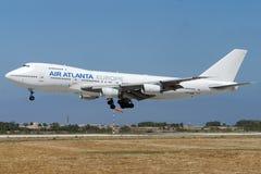 Luqa, Malta - 7. Juni 2005: Jumbojet Landung Stockbilder