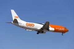 Luqa Malta 5 Juni 2015: Landa landningsbana 31 för TNT 737-400 Arkivbild