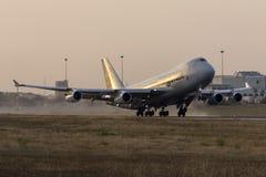 Luqa Malta 24 Juni 2015: Lastnivå 747 som tar av precis för solnedgång Royaltyfria Bilder