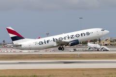 Luqa Malta - 12 Juni 2005: 737 som tar av Arkivfoton