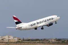 Luqa Malta - 12 Juni 2005: 737 som tar av Arkivbild