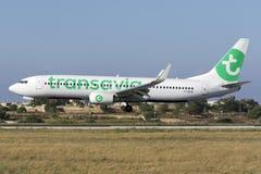 Luqa Malta 18 Juni, 2015: Transavia 737 landa landningsbana 31 Arkivfoton