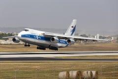 Luqa Malta 13 Juni 2015: Volga-Dnepr flygbolag Antonov An-124-100 Ruslan tar av från landningsbana 13 Arkivbilder