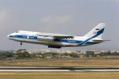 Luqa Malta 13 Juni 2015: Volga-Dnepr flygbolag Antonov An-124-100 Ruslan tar av från landningsbana 13 Arkivbild