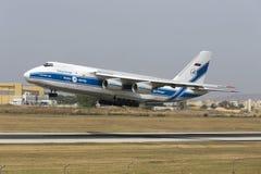 Luqa, Malta 13 Juni 2015: Volga-Dniepr de Luchtvaartlijnen Antonov een-124-100 Ruslan stijgt van baan 13 op Royalty-vrije Stock Foto