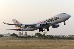 Luqa, Malta 24 Juni 2015: Vrachtvliegtuig 747 die vlak vóór zonsondergang van start gaat Royalty-vrije Stock Fotografie