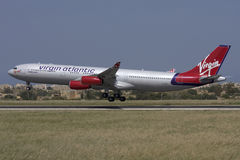 Luqa, Malta, 21 2008 Kwiecień: Dziewicy Aerobus A340 lądowanie obraz stock