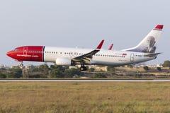 Luqa, Malta 10 luglio 2015: Atterraggio del norvegese 737 Fotografia Stock Libera da Diritti