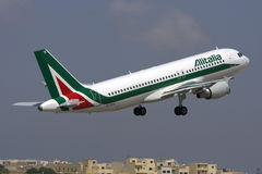 Luqa, Malta - 31. Mai 2009: Alitalia entfernen sich Lizenzfreies Stockfoto