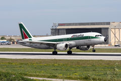 Luqa Malta - 4 mars 2008: Alitalia A320 Arkivfoton