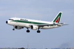 Luqa Malta - 1 mars 2008: Alitalia A320 Royaltyfria Foton