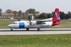 Luqa Malta - 4 mars 2008: Lastnivå för Fokker 50F Arkivbild