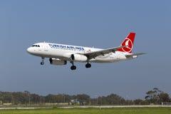 Luqa Malta 25 mars 2015: Turkish Airlines flygbuss A320-232 på finallandningsbana 31 Arkivbild
