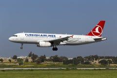 Luqa Malta 25 mars 2015: Turkish Airlines flygbuss A320-232 på finallandningsbana 31 Arkivfoton