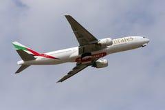 Luqa, Malta 2 Marzec 2013: Emiraty Boeing 777-21H/ER biorą daleko Obrazy Royalty Free