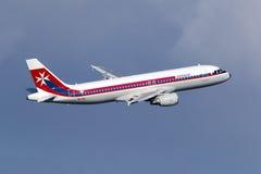 Luqa, Malta am 3. November 2014: Luft Malta A320 entfernt sich Emiräte Airbus A330 Lizenzfreie Stockfotos