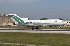 Luqa Malta - 20 November 2007: 727 som landar Arkivbilder