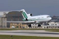 Luqa Malta - 20 November 2007: 727 som landar arkivfoton