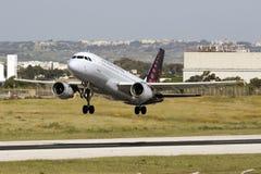 Luqa, Malta, o 26 de abril de 2015: Airbus 319 decola Fotografia de Stock Royalty Free