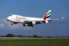 Luqa Malta, o 4 de dezembro de 2014: Carga 747 31 de aterrissagem dos emirados Fotos de Stock