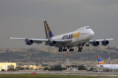 Luqa, Malta, o 20 de dezembro de 2007: 747 que aterram Foto de Stock Royalty Free
