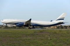 Luqa Malta 7 Oktober 2015: Landning A340 Royaltyfria Bilder