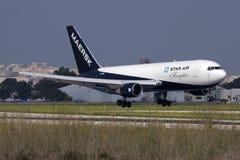 Luqa Malta, 15 Oktober 2008: Landning för 767 Feighter Royaltyfri Bild