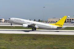 Luqa Malta Oktober 20, 2004: 737-800 lyfta av Arkivbilder