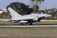 Luqa Malta - 19 Oktober 2015: RAF Typhoon Royaltyfri Foto
