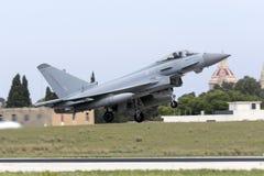 Luqa Malta - 20 Oktober 2015: RAF Typhoon tar av Royaltyfri Foto