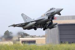 Luqa Malta - 20 Oktober 2015: RAF Typhoon tar av Royaltyfria Foton