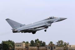 Luqa Malta - 20 Oktober 2015: RAF Typhoon tar av Royaltyfri Bild