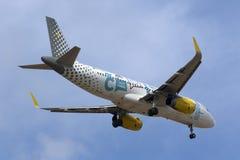 Luqa Malta 3 Oktober 2015: Vueling A320 landning Arkivbilder