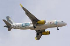Luqa Malta 3 Oktober 2015: Vueling A320 landning Arkivbild