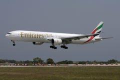 Luqa Malta 6 September 2008: 777-300 landa Arkivfoto