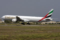 Luqa, Malta am 6. September 2008: 777-300 landend stockbilder