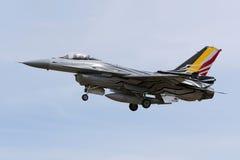 Luqa Malta - 25 September 2015: Landningsbana 31 för landning F-16 Fotografering för Bildbyråer
