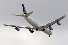 Luqa Malta 30 September 2015: Lufhansa A340 landning Arkivfoto
