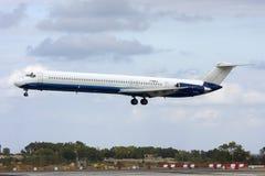 Luqa Malta - 20 Spetember 2008: Landningsbana 31 för finaler MD-83 Royaltyfria Bilder
