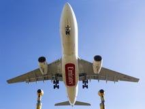 Luqa, Malta 9 2015 Styczeń: Emiratów A330 lądowanie w popołudniu zdjęcia stock