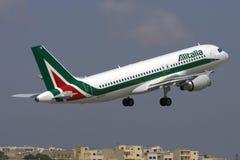 Luqa, Malte - 31 mai 2009 : Alitalia décollent Photo libre de droits