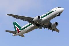 Luqa, Malte - 14 octobre 2015 : A320 décollent Photos libres de droits