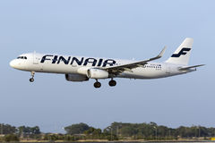 Luqa, o 3 de agosto de 2015: Aterrissagem de Finnair Airbus A321-231 Fotografia de Stock
