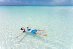 Lura att sväva på en baksida i det härliga havet Royaltyfri Bild