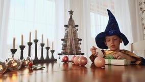 Lura barnet gör en julgåva lager videofilmer