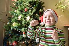Lura barnpojkedanande vid handx-mas garneringar Arkivbild