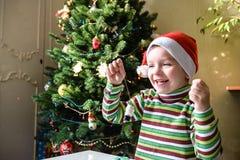Lura barnpojkedanande vid handx-mas garneringar Arkivfoton