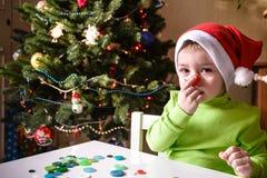 Lura barnpojkedanande vid handx-mas garneringar Arkivbilder