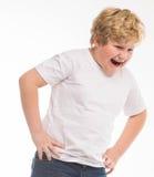 Lura den ilskna ståenden för barnstudiopojken på vit arkivbilder
